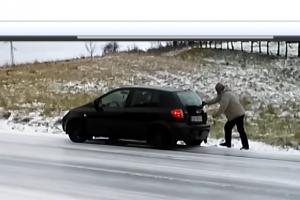 Abszurd jelenet a jeges emelkedőn, kézzel tolta felfelé a kocsit
