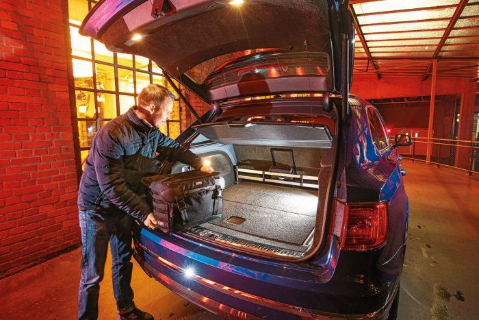 Ledönthető? Nem. A négy utas és csomagjaik (maximum 430 liternyi) teljesen elkülönítve utaznak.