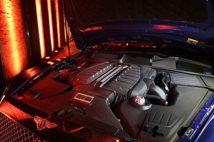 Biturbó W12: masszív nyomaték és finom modor