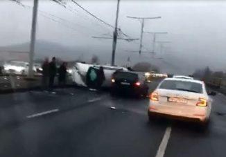 Felborult egy autó az Árpád hídon – videó
