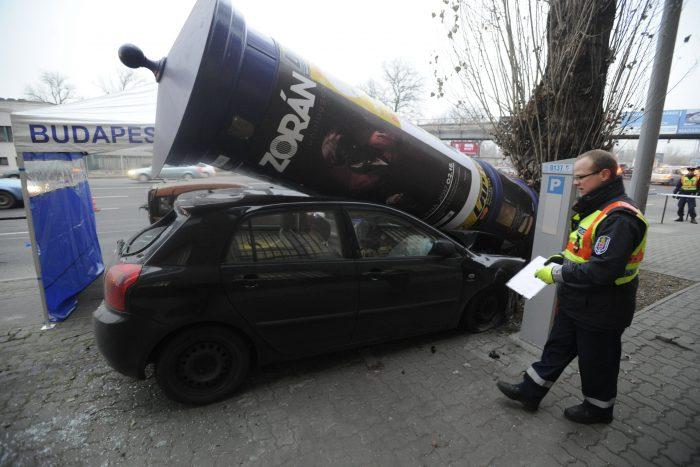Budapest, 2016. december 19. Rendõr helyszínel Budapesten, a Váci úton, ahol egy személygépkocsi egy másik autóval ütközött, majd egy hirdetõoszlopnak csapódott 2016. december 19-én. A gépkocsi vezetõje még az elõtt meghalt, mielõtt a baleset bekövetkezett. MTI Fotó: Mihádák Zoltán