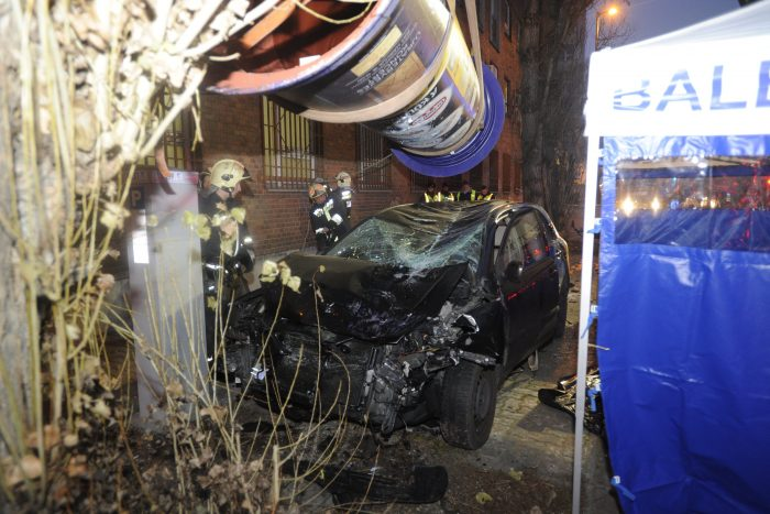 Budapest, 2016. december 19. Tûzoltók Budapesten, a Váci úton, ahol egy személygépkocsi egy másik autóval ütközött, majd egy hirdetõoszlopnak csapódott 2016. december 19-én. A gépkocsi vezetõje még az elõtt meghalt, mielõtt a baleset bekövetkezett. MTI Fotó: Mihádák Zoltán