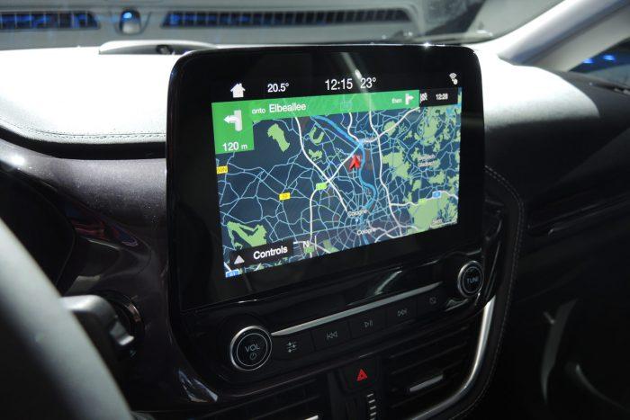 Az érintőképernyő kétujjas csippentés és végigsimításos mozdulatokkal is kezelhető.