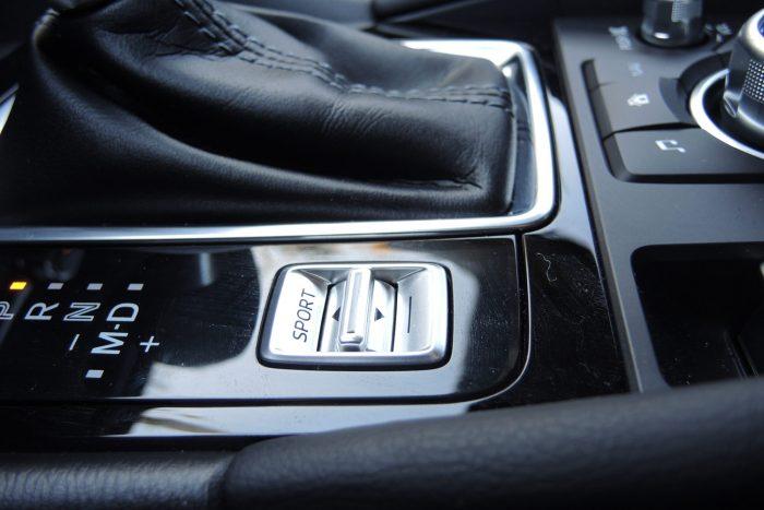 Benzinmotorokhoz elérhető a Drive selection. Sport üzemmódban megváltozik a gázreakció, a váltások időzítése és sebessége