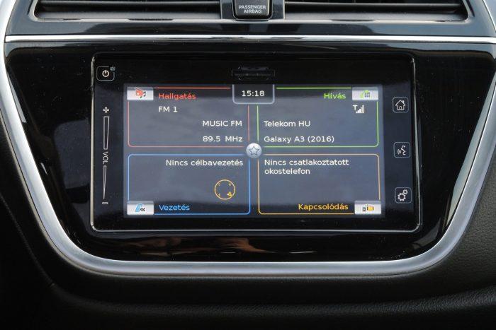 Bluetoothon keresztül kihangosítóként használható a fedélzeti elektronika. Kábellel bizonyos esetben tükrözhetők a mobil funkciói is