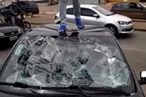 Videón, ahogy egy kismama szétveri férje autóját