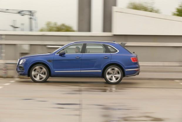 4 másodperc alatt gyorsul a Bentley SUV százra: még a Porsche Carrera Cabrioénál is fürgébb két tizeddel