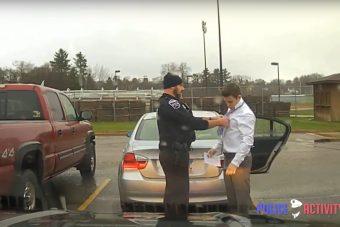 A rendőr megbüntette, aztán segített a BMW-snek