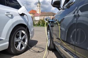 Új szabályok jönnek a villanyautók töltésére