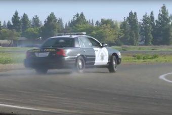 Így tanulnak a rendőrök vezetni