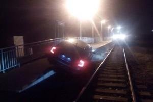 Hihetetlen hülyeséget csinált a sínre tévedt autós