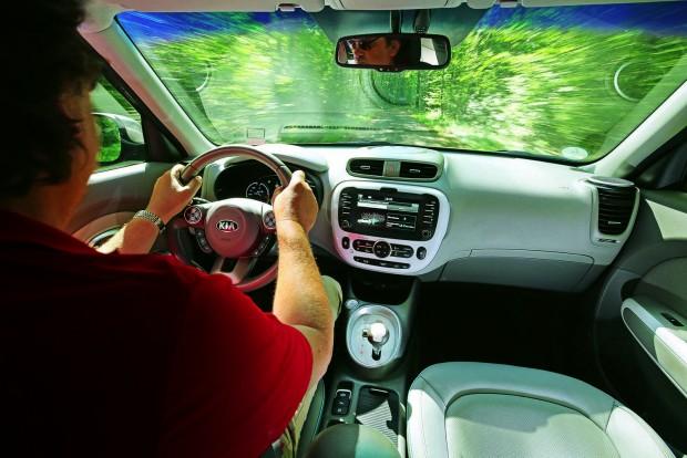 Úgy vezethetjük, mint egy átlagos autót: kiváló a kormányzása, jó a felfüggesztése, határozottak a fékei. Nem kevés dicséret egy villanyautónak