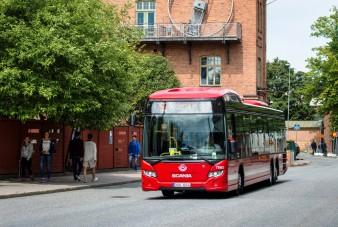 Megállás közben szippant fel áramot a svédek hibrid busza