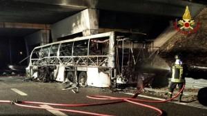 16-an vesztették életüket az olaszországi buszbalesetben