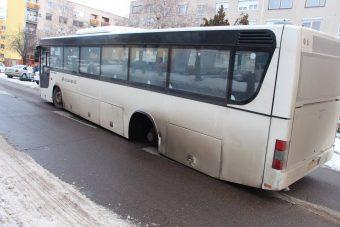 Elszabadult Volánbusz-kerék rombolt Cegléden