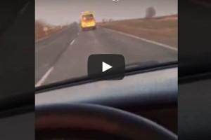 Mentő mögött menőzött egy autós, ráadásul videóra vette a mutatványt