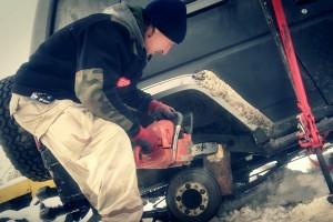 Fából faragott futóművel támasztották fel a sánta terepjárót