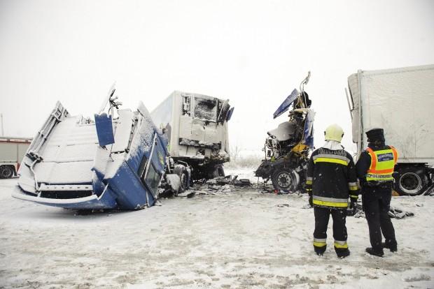 Frontálisan ütközött két kamion a 4-es úton – képek