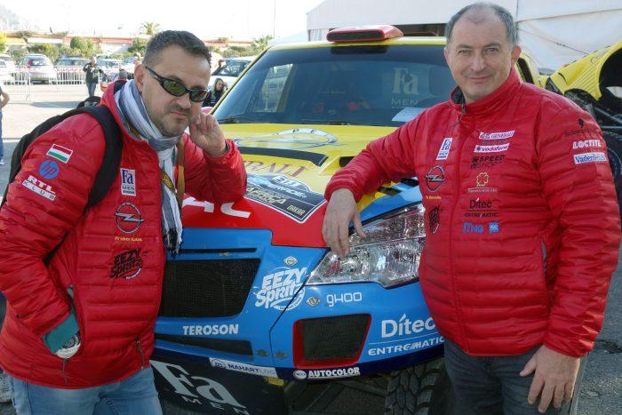 Balra Bunkoczi László navigátor, jobbra Szalay Balázs. A sivatagi versenyekben sokat számít a rutin