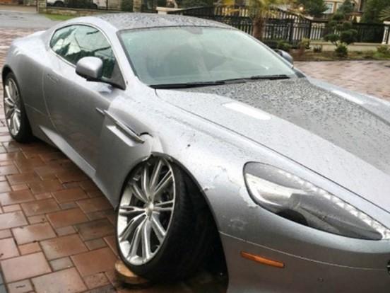 A nő szerint drága lenne az Aston Martin javítása, ezért magára hagyta