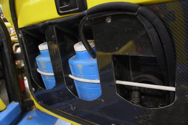Létfontosságú a dehidratáció késleltetése. Az ajtókban lévő víz mellett mindkét versenyzőnél van palackos víz is, tudatosan, rendszeresen isznak, nehogy kiszáradjanak