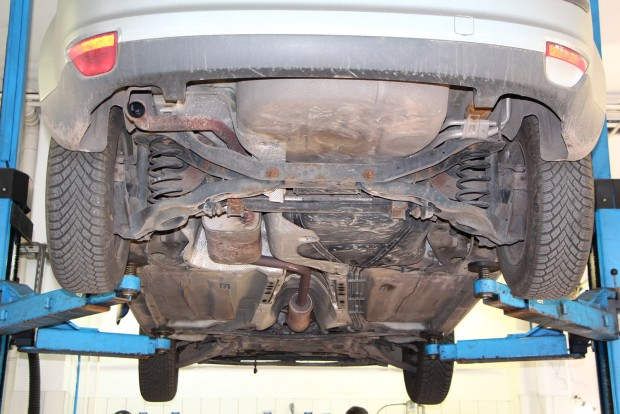 Örülök, hogy sikerült emelőn átnézni az autó alját, nincs rajta vészes rozsdásodás