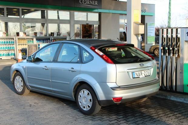 Nehéz ügy a fogyasztás. VÁrosban 10-12 liter/100 km, Budapesten kívül 7-8 liter a sebességtől függően