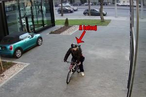 BMW-t loptak egy pesti szalonból, fényes nappal