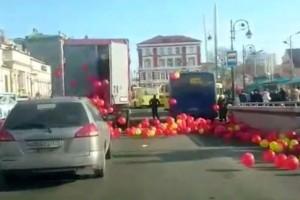 Videón a teherautóból elszabaduló lufifelhő