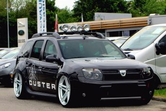 Kispályás gengsztereknek: ültetett Dacia Duster