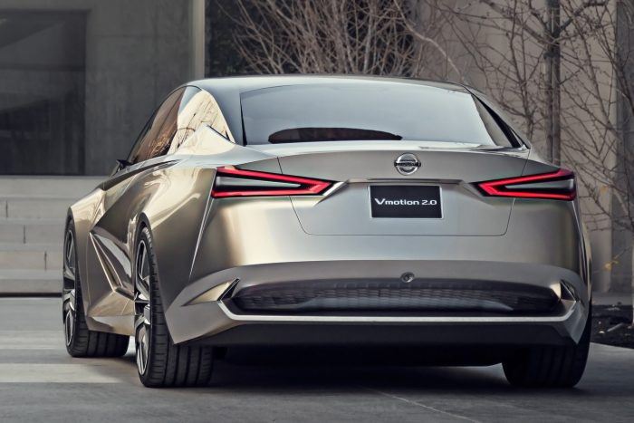 Félautonóm üzemmódban (a Nissan óvatosságból inkábgyetlen b fejlett vezetőtámogatásnak nevezi a funkciót) világító diffúzor tájékoztatja a mögöttünk jövőt arról, hogy nem mi vezetünk.