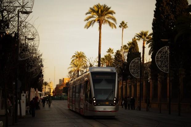Sevilla érdekessége a kondenzátoros villamos, ami két megálló között nem igényel felsővezetéket