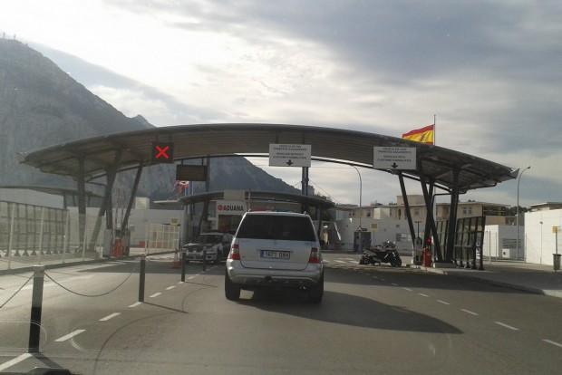 A gibraltári határ: útlevélkontroll és kész. Utána át kell menni keresztben a reptér kifutópályáján - ha épp jön a repülő, leengedik a sorompót és Gibraltár átmenetileg bezár