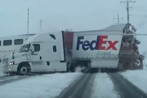 Apró darabokra tépte a vonat a kamiont