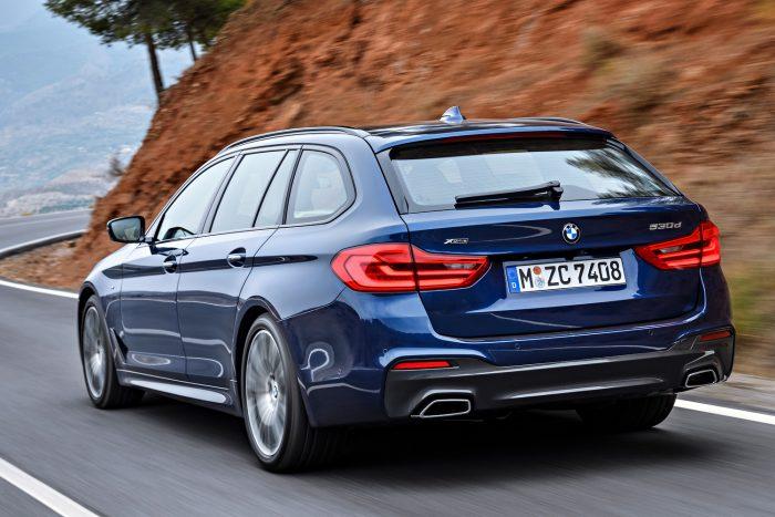 BMW 540i xDrive Touring (340 LE, 450 Nm) - nyolcfokozatú automata váltó, összkerékhajtás, 5,1 mp 100 km/órára, 250 km/óra végsebesség. Az átlagfogyasztás 7,5-7,7 l/100km.