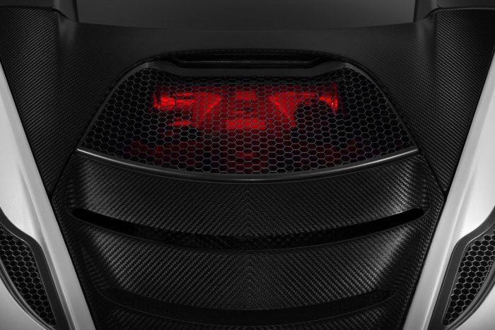 Ennyit hajlandó megmutatni az új motorból a McLaren. A sejtelmes piros motortér-megvilágítás a zárak oldásakor gyullad fel,köszöntve a pilótát.
