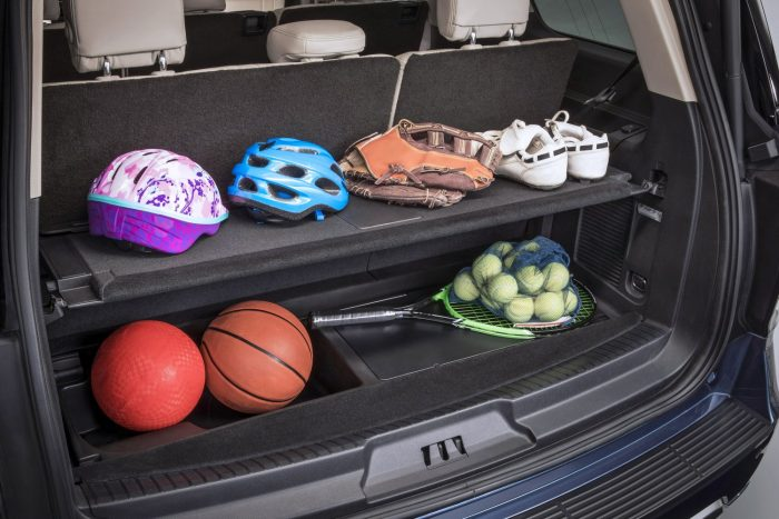 Állítható polc segíti a rakomány rendezését. A polc úgy is behelyezhető, hogy emelkedőn se potyogjanak ki a csomagok a kocsiból.