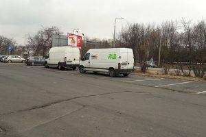 Nyolc parkolót foglalt el két furgon Győrben