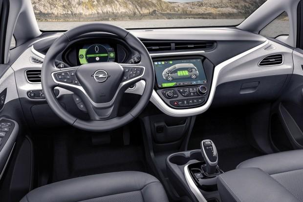 A digitális műszeregységgel és a tízcolos érintőképernyővel szupermodern hatású a műszarfal, s bár eredetileg a Chevrolet Bolt számára készült, nem Opel-idegen a formavilága. Az anyagok viszont egyszerűek