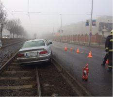 Villamossínekre csúszott egy BMW Budapesten