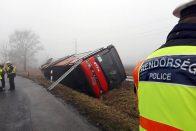 Fotókon a Kislángnál árokba borult busz, 17 sérült