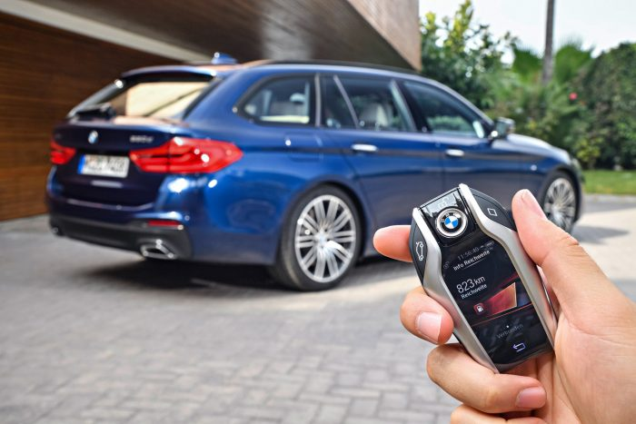 Aktív forgalomkövetés sebesség- és iránykorrekciókkal sétatempótól 210 km/óráig, okostelefonos integráció, mobiltelefonon megjeleníthető panoráma környezeti kép. Távvezérelt parkolás, automatikus parkolóhely foglalás és díjfizetés.