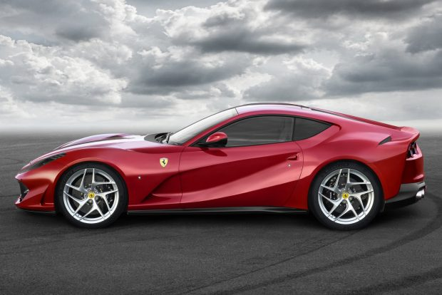 Az irányváltások precizitásáról és gyorsaságáról összkerék-kormányzás (a Ferrari szóhasználatával élve virtuális rövid tengelytáv) és a márkánál korábban soha nem alkalmazott elektromos szervokormány gondoskodik.