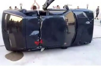 Videón, ahogy baltával vágnak ketté autókat