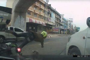 Két agybeteg autós majdnem megölte a motorost