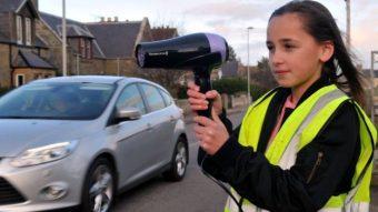 Hajszárítóval riogatják a gyorshajtókat egy skóciai faluban