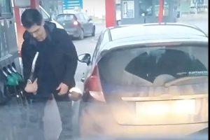 Két percig küzdött a tankolással a srác egy hazai önkiszolgáló benzinkúton