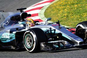 F1: A Mercedes tarolt az első tesztnapon