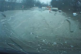 Videón egy bunkó autós az elárasztott 3-as útról