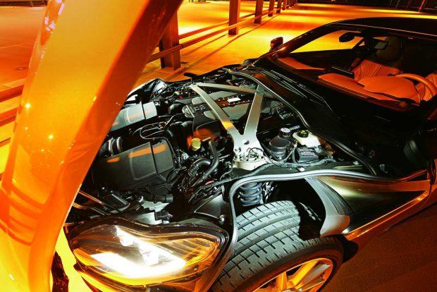 A V12-es teljes terjedelmében az első kerekek mögött kapott helyet